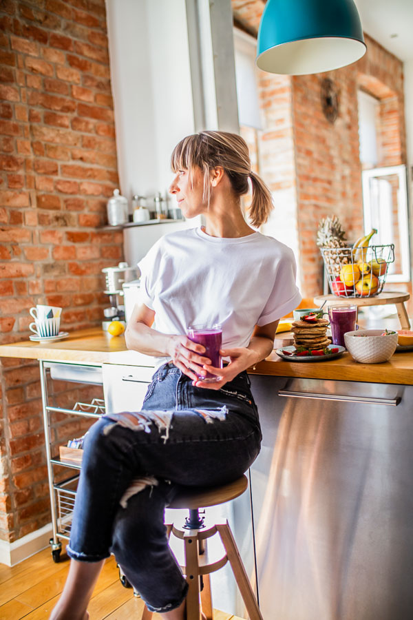 maja Brekalo stting on a chair with a smoothie